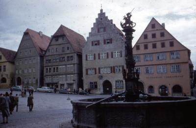 Vista de fuente en plaza de Rothenburg