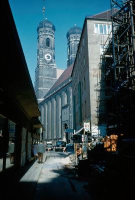 Vista de la Catedral de Munich desde una calle lateral