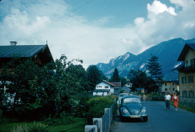 Pareja camina por calles de villa alpina