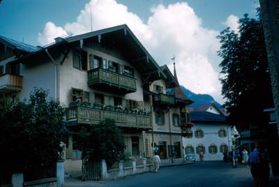 Fachada de casa habitacion en tres niveles, de villa alpina