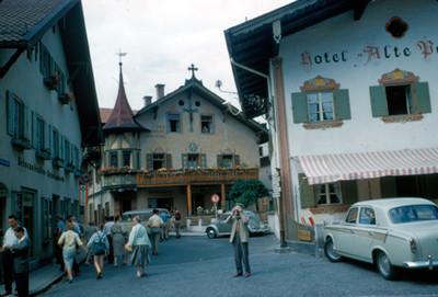 Vista de hotel y comercios en villa alpina