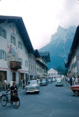 Personas transitan por calles de Hinterstein