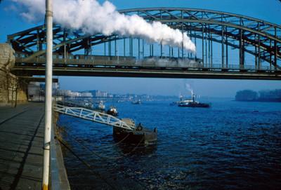 Ferrocarril atraviesa el puente