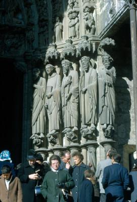 Gente al frente del Portico Norte en la Catedral de Chartres, complejo escultorico