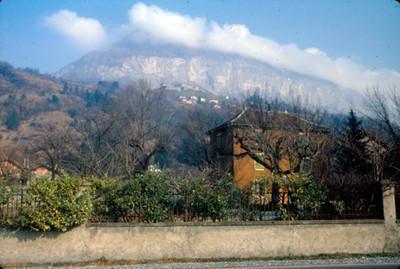 Casas bajo la montaña nevada, paisaje