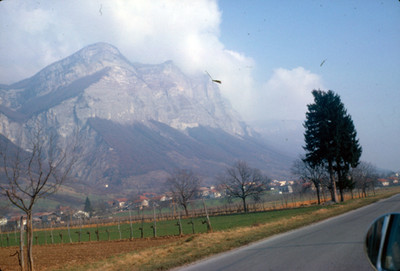 Poblado bajo la montaña, paisaje alpino