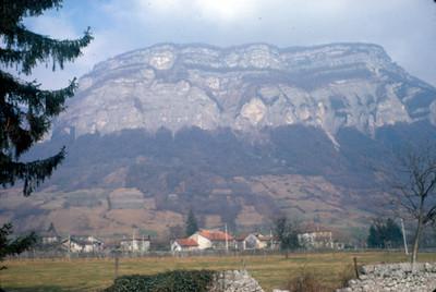 Villa bajo una montaña, paisaje
