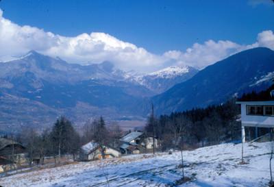 Villa en ladera montañosa nevada, paisaje