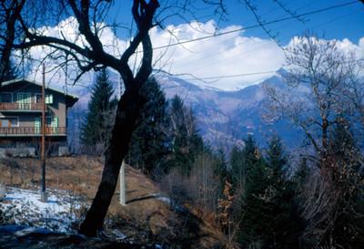 Chalet en zona montañosa seminevada, paisaje