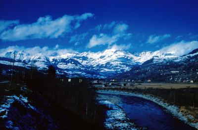 Rio en el valle de Chamonix, entre montañas nevadas