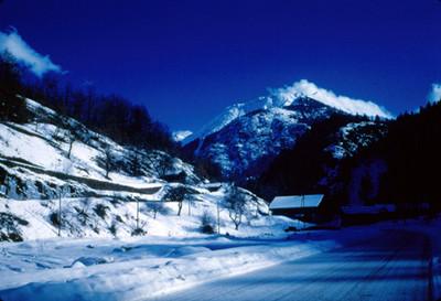 Cabaña al pie del conjunto rocoso de Mont-Blanc, panorama
