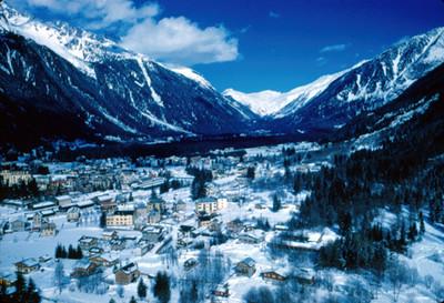Villa alpina en el Valle de Chamonix entre montañas, panorama nevado