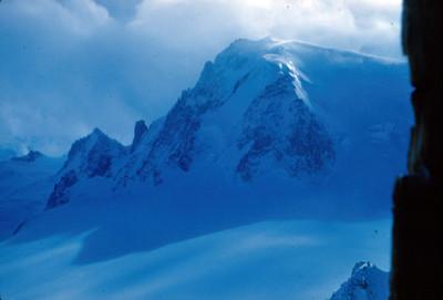Montaña nevada del macizo Mont-Blanc, a nivel de sus glaciares