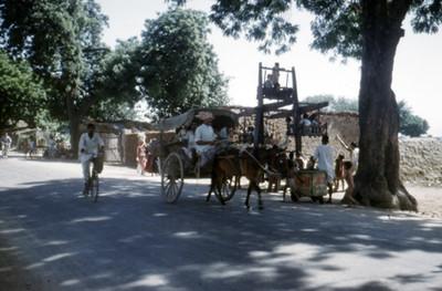 Gente en una carretera de la India
