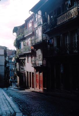 Vista lateral de casas habitacion y tiendas en Lisboa
