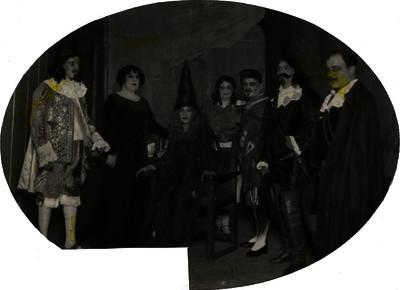 María Teresa Santillán en compañía de artistas y cantantes de opera, retrato de grupo