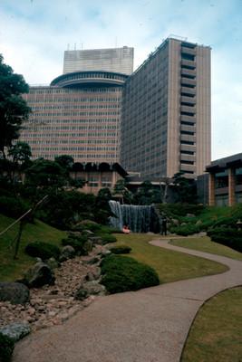 Vista de edificio desde el jardin Hama Rikyu