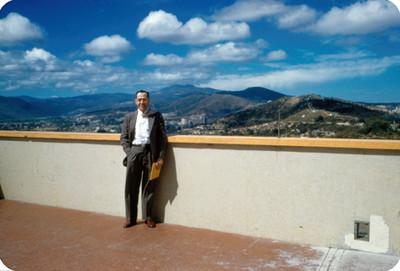Hombre en la azotea de un edificio, retrato