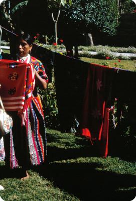 Indígena con artesania textil en manos