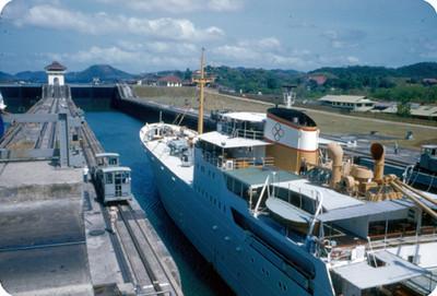 Barco en la esclusa de Miraflores en el Canal de Panama