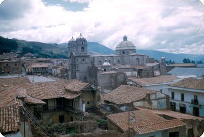 Casas habitacion y vista de la iglesia de Cuzco