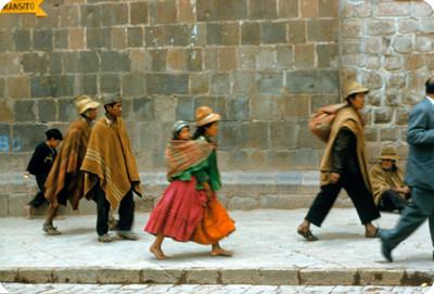 Indígenas caminan por una calle