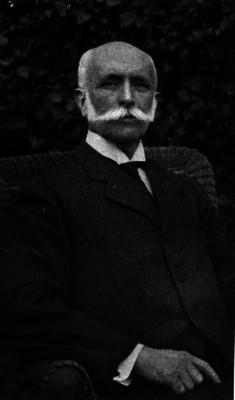 José Ives Limantour sentado en un jardín, retrato