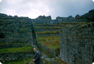 Hombre en la zona arqueologica de Machu Picchu