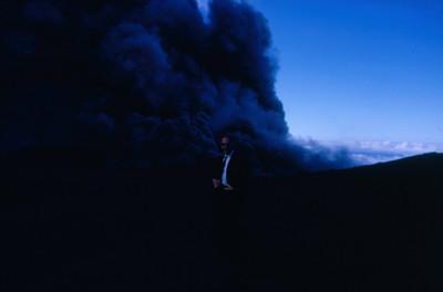 Hombre cercano al crater del volcan Poas, fumarola al fondo