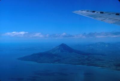 Volcan en la ribera de un lago, vista aerea