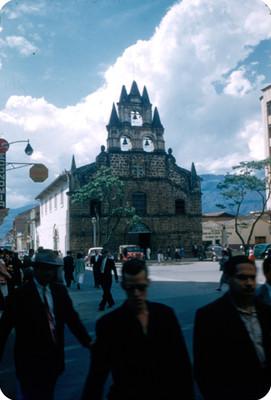Iglesia de la Veracruz, gente y vida cotidiana en Medellin