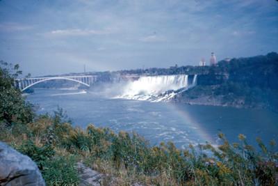 Cataratas del Niagara y puente, paisaje con arcoiris