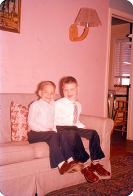 Niños sentados en la sala de una casa, retrato