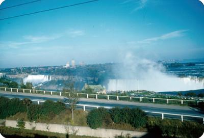 Cataratas del Niagara y carretera, paisaje