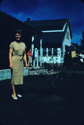 Edith en el jardin de una casa, retrato
