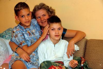 Edith con sus dos hijos, retrato de grupo