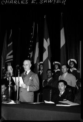 Miguel Alemán presidiendo una ceremonia mientras Charles E. Sawyer pronuncia un discurso