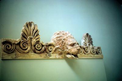 Vista de relieve escultorico con cabeza de leon