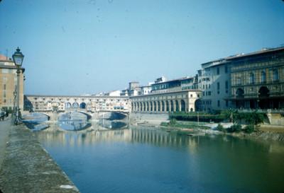 Vista del Puente Vecchio desde el otro lado del rio Arno