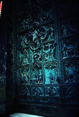 Detalle de puerta con relieves escultoricos en la Catedral de Milan