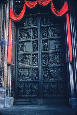 Puerta con relieves escultoricos en la Catedral de Milan