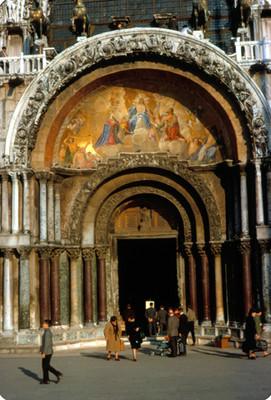Personas al exterior de la puerta central de la Basilica de San Marcos