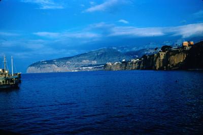 Embarcacion navega cerca de las costas de Sorrento