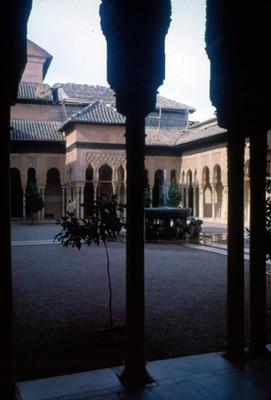 Patio y fuente del palacio de los Leones de la