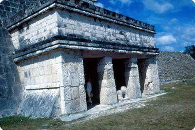 Templo de los Jaguares, exterior, vista lateral