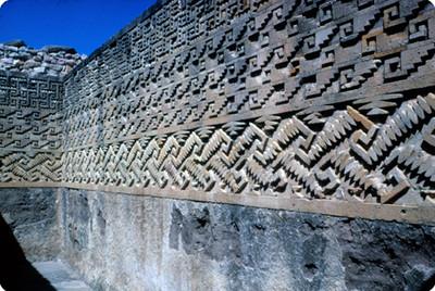 Muro con relieve en grecas del Palacio, detalle arquitectonico