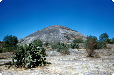 Teotihuacan, piramide del Sol rodeada de arbustos