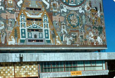 Edificio de la Biblioteca Central de la UNAM, fachada sur, vista parcial del mural