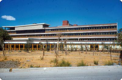 Edificio adjunto a la Facultad de Medicina, UNAM, exterior, vista frontal