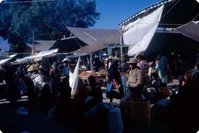 Gente en dia de tianguis en un poblado de Mexico